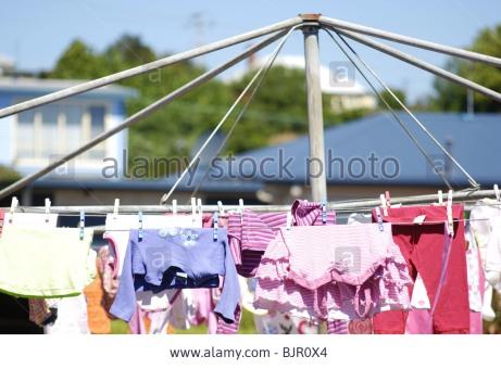 hills-hoist-washing-line-with-laundry-drying-in-australian-backyard-BJR0X4